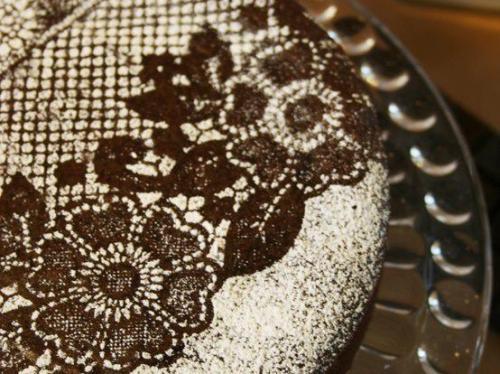 מקשטים את העוגה בעזרת תחרה